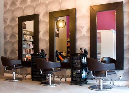 Dobrze wyposażony salon fryzjerski
