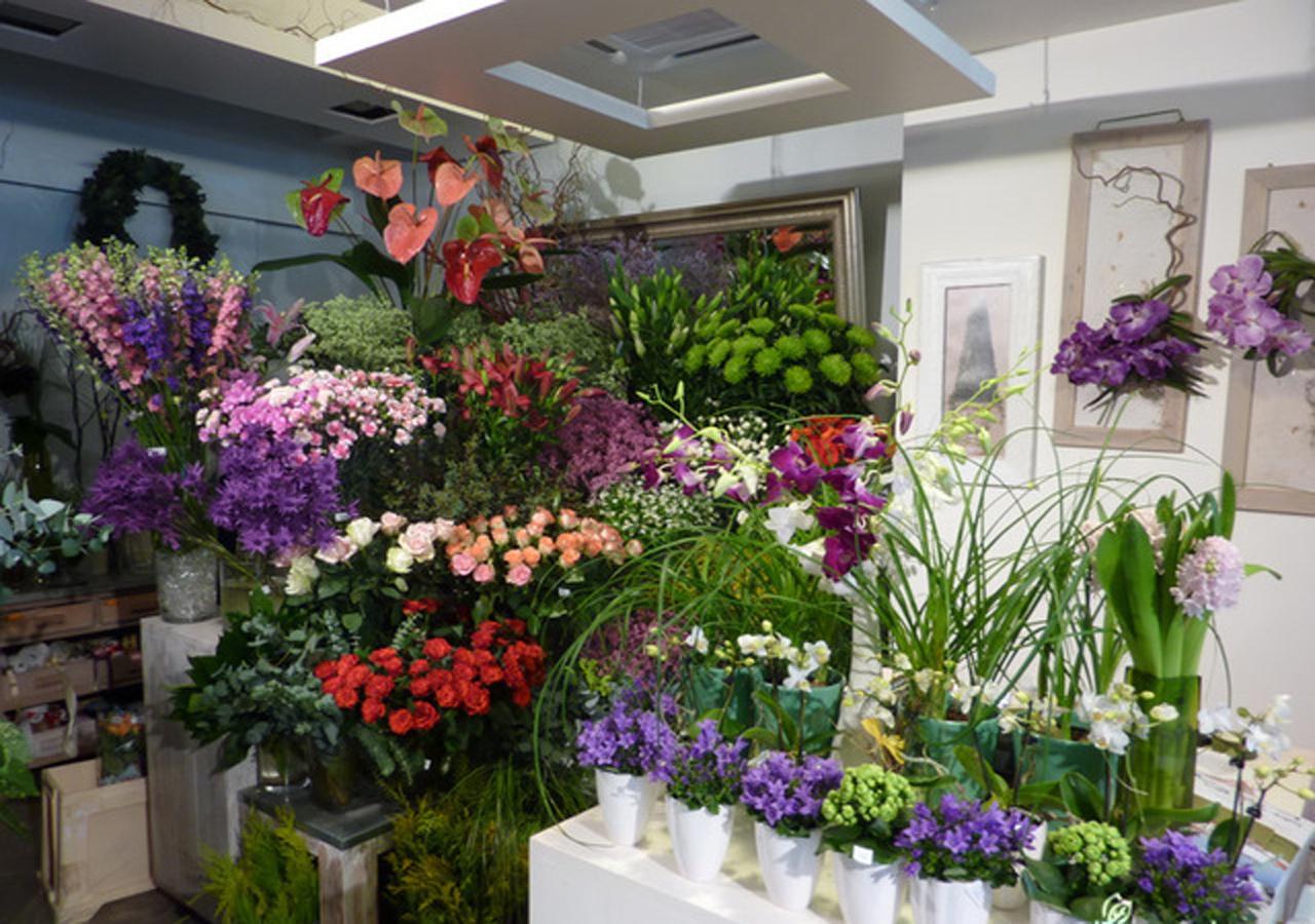 Jakie materiały są niezbędne w każdej kwiaciarni?